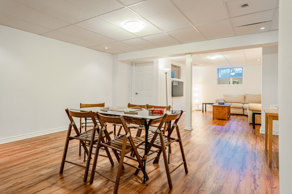 Lower level games table - sitting area and TV - Five Point Cottage - Niagara-on-the-Lake