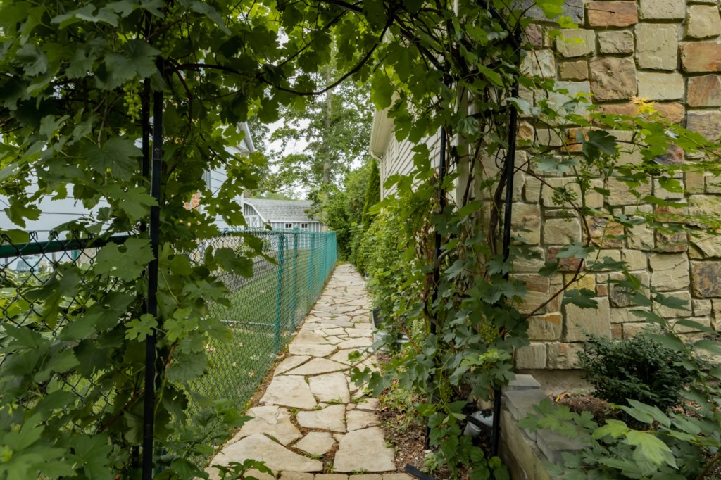 Walk under the grape vine arch to the backyard - Five Point Cottage - Niagara-on-the-Lake