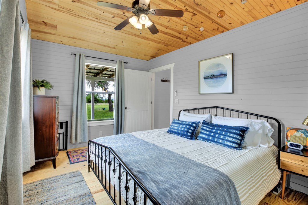 Oak Cottage Guest Bedroom Photo 2 of 2