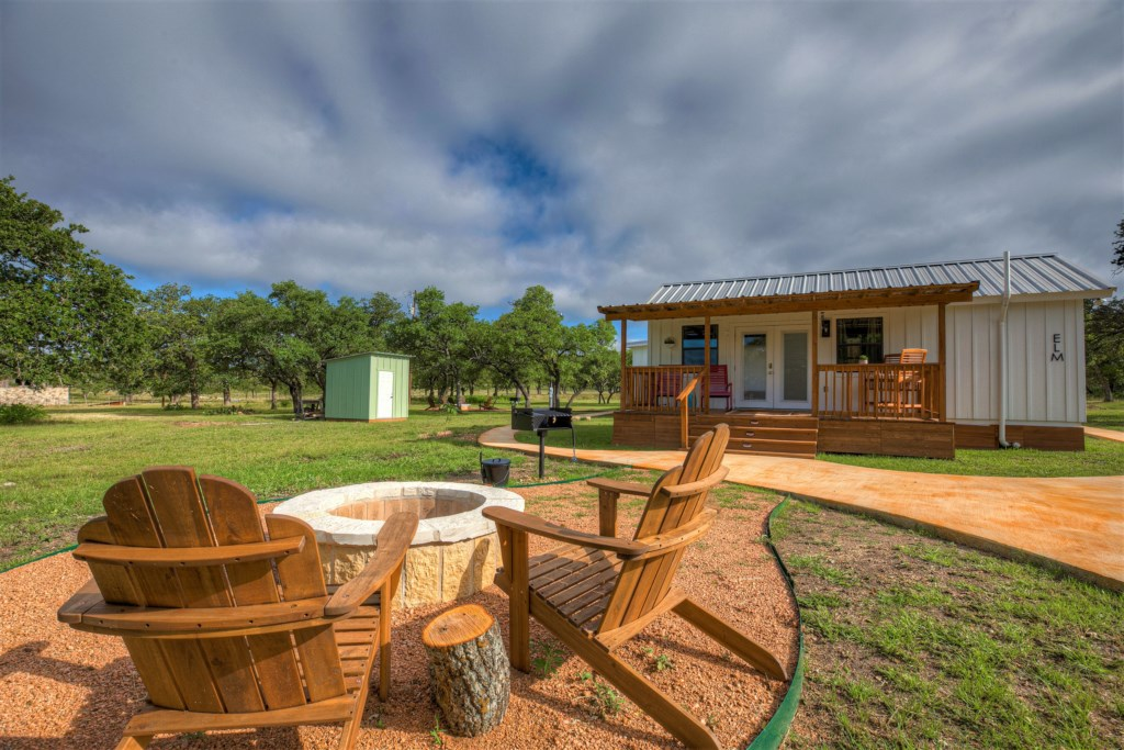 Willkommen to Fredericksburg! Elm Cottage is the perfect place for a romantic getaway in the Texas Hill Country!