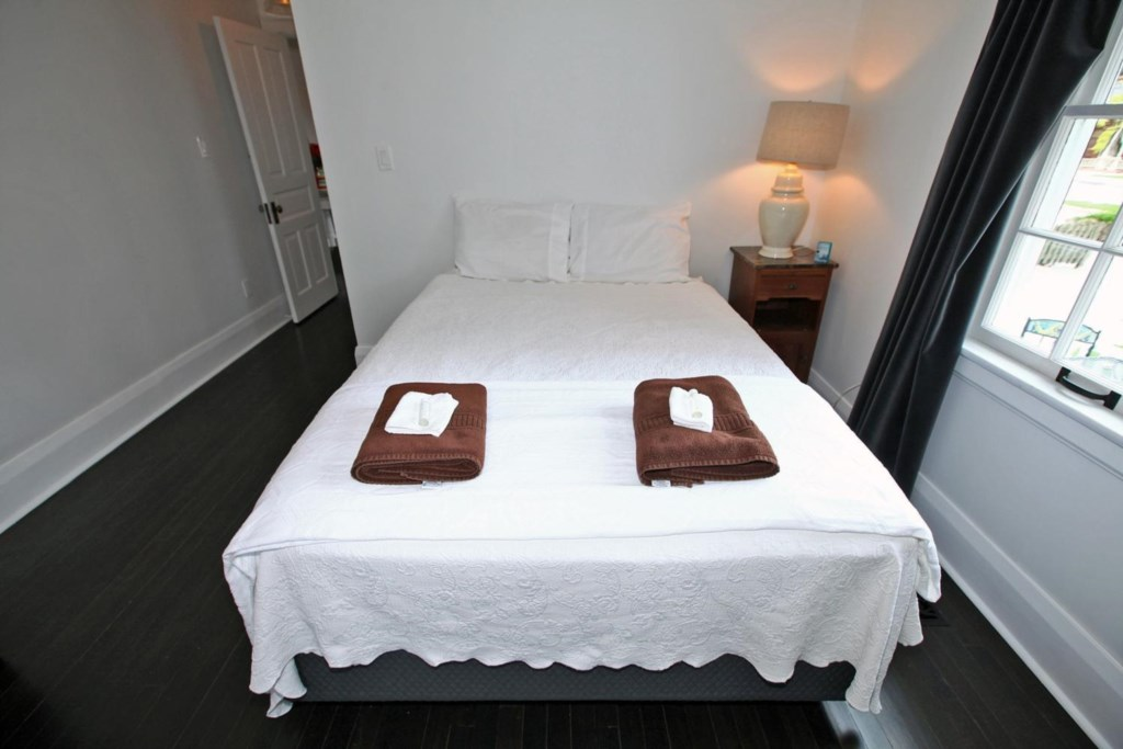 Two bedrooms on the main floor - The White House Vacation Rental - Niagara-on-the-Lake