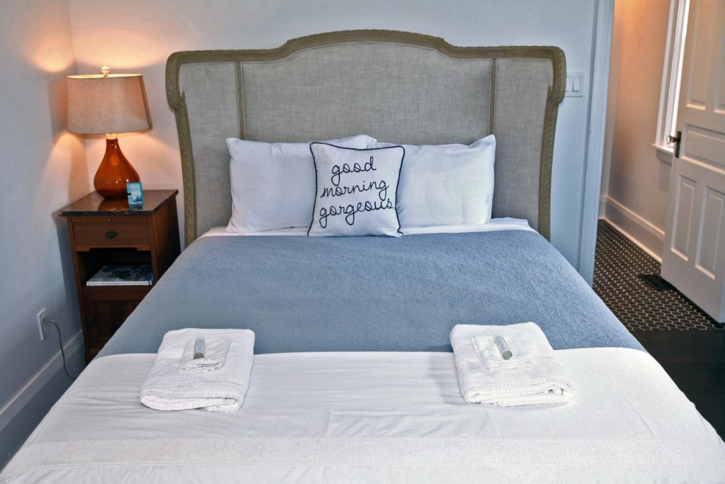 Sleeps 6 with 2 Queen beds and 2 twin bedsTwo bedrooms on the main floor - The White House - NOTL