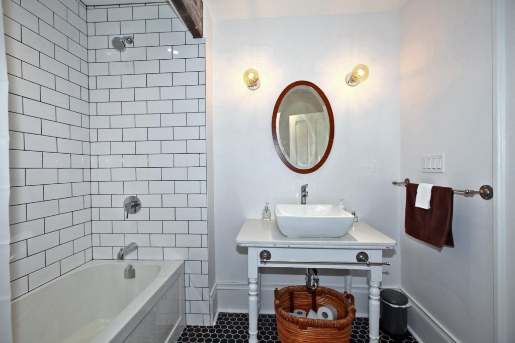 Full mainfloor bathroom - The White House Vacation Rental - Niagara-on-the-Lake