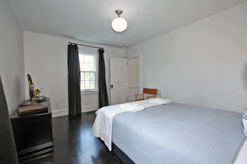 Queen Bed on the main floor - The White House Vacation Rental - Niagara-on-the-Lake