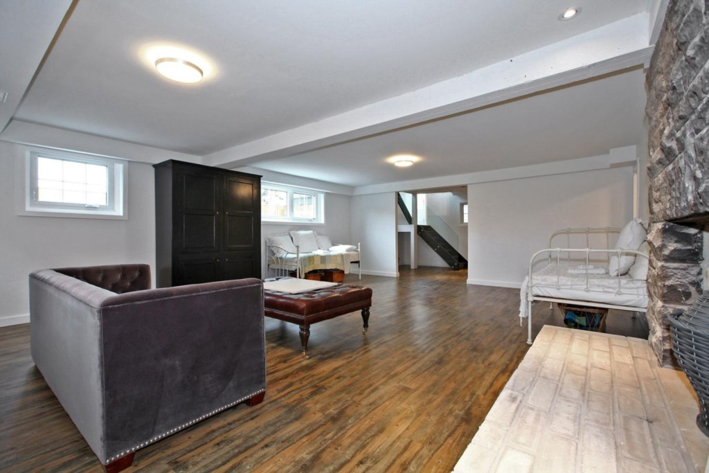 Two twin beds in the basement allow sleeping up to 6 - The White House Vacation Rental - NOTL