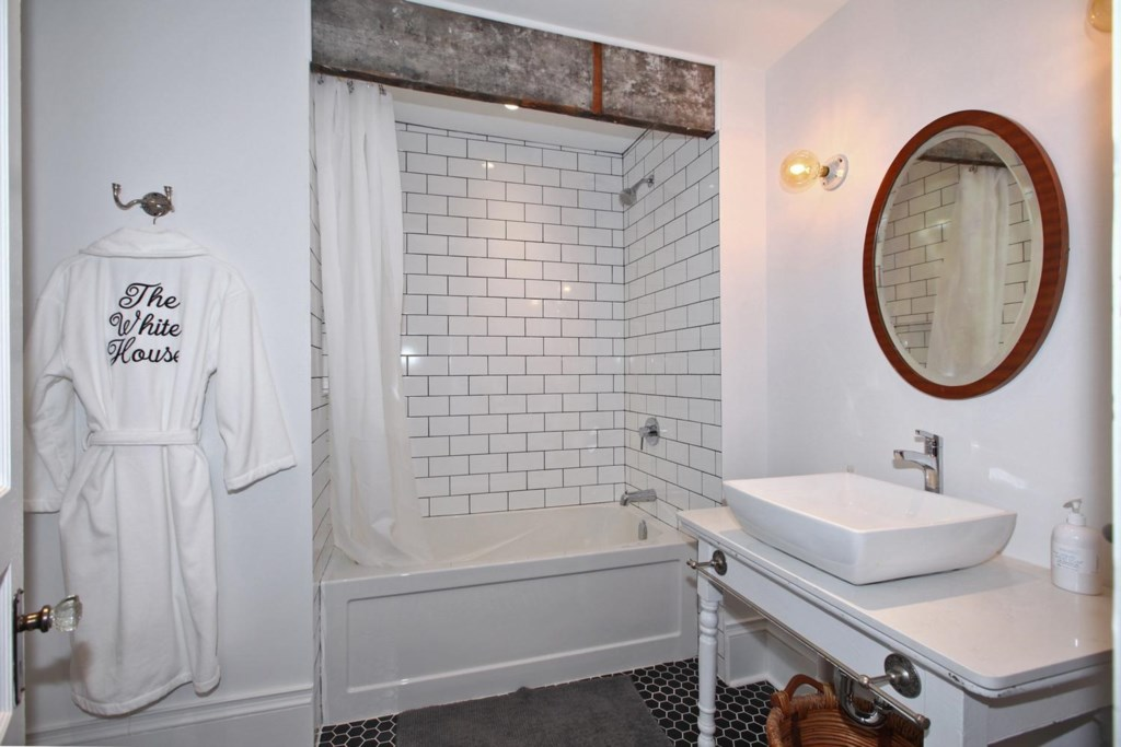 Tub/shower - The White House Vacation Rental - Niagara-on-the-Lake