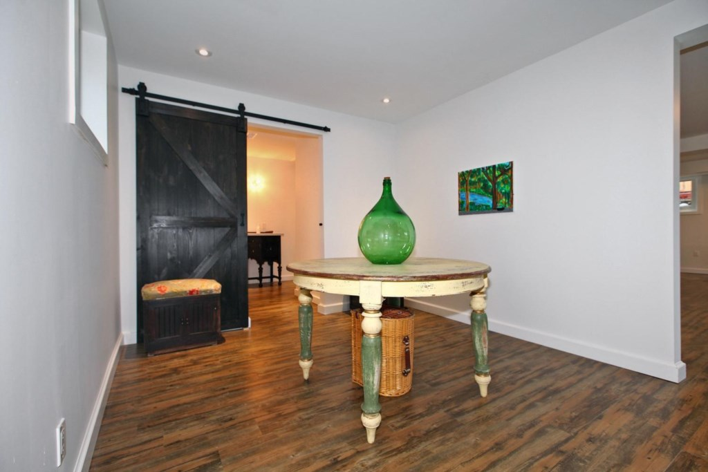 2 Twin Beds, Full Bathroom and seating area in the basement - The White House Vacation Rental - Niag