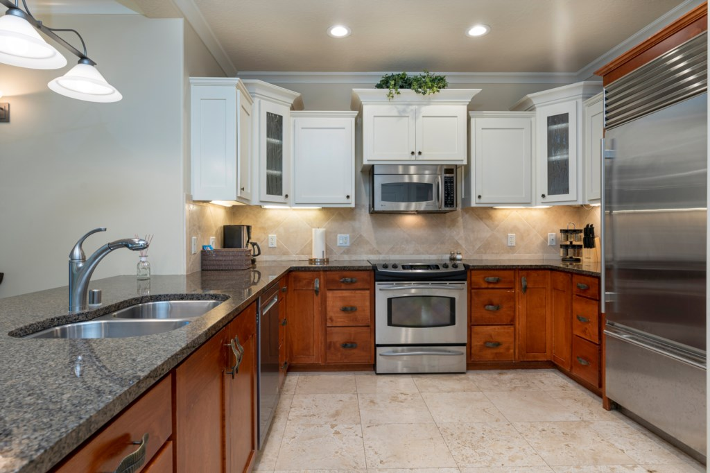 Fully equipped kitchen with plenty of cabinet & countertop space