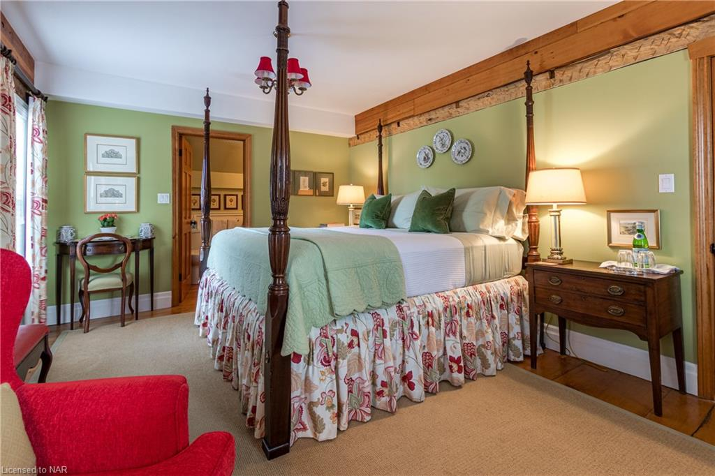 The Green Room with Four-Poster King Bed and ensuite with wlk-in shower - The Butler House - Niagara