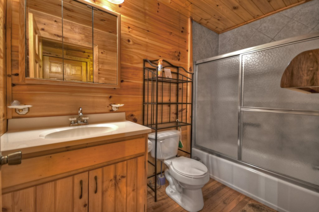 Well equipped Bathroom with tub/shower combination