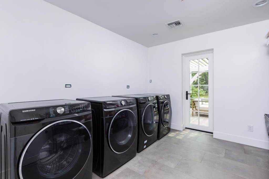 Laundry room with 2 Washer and 2 Dryers