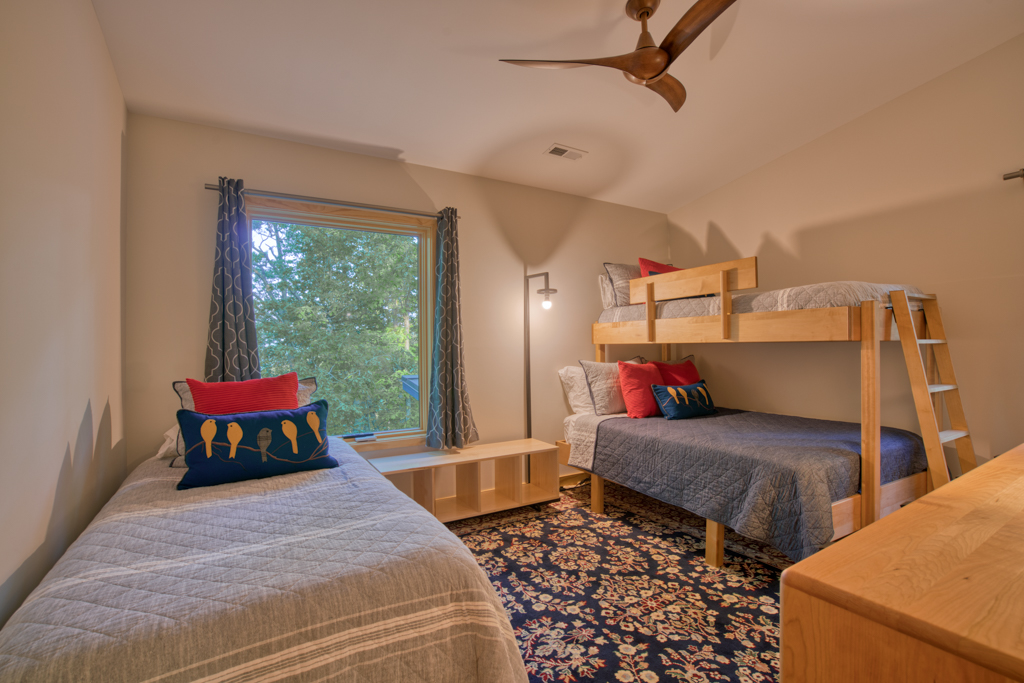 Bunk Room : 2 double beds, 1 twin