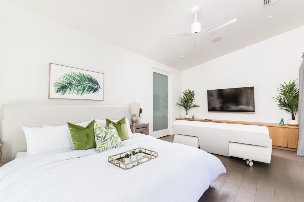 5th Bedroom with King Size bed and large flat screen TV (Casita)
