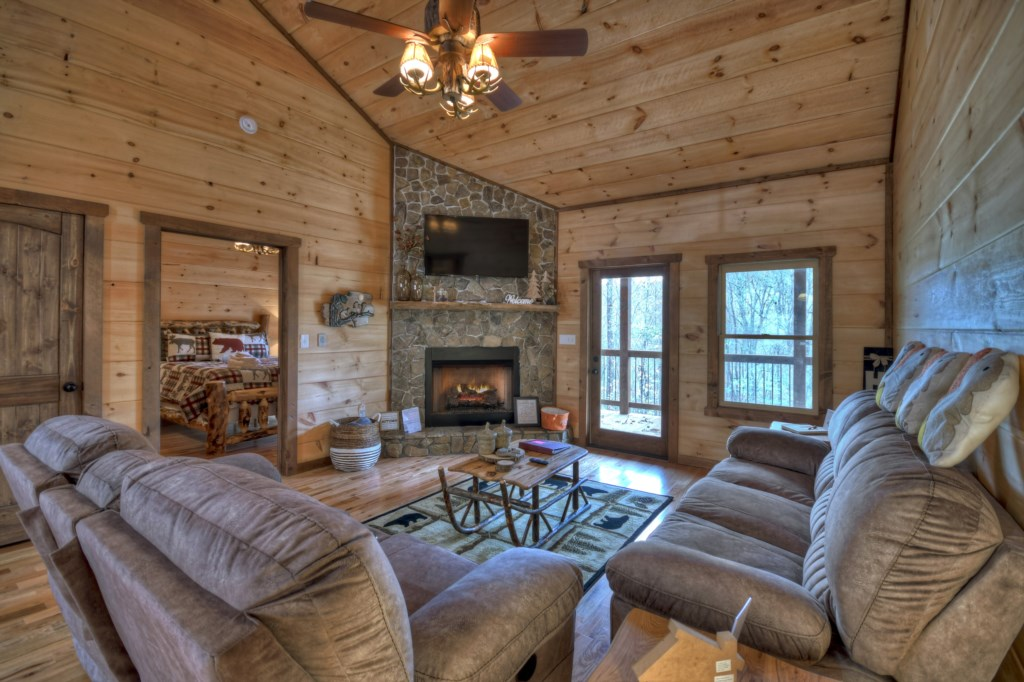 Enjoy your secluded cabin in a cozy atmosphere in front of the log fireplace
