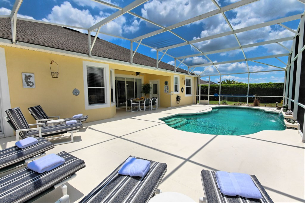 Pool deck with 6 comfortable sun loungers