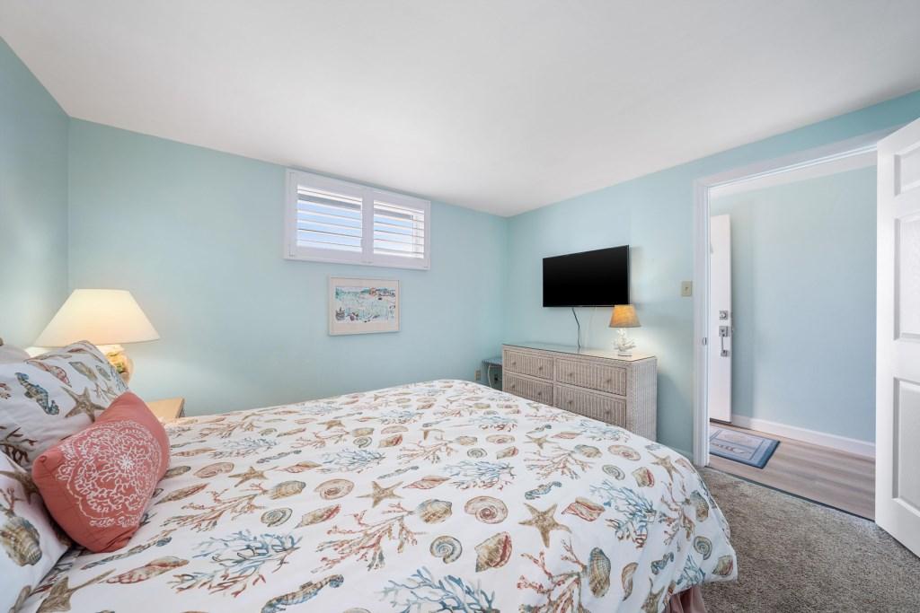 Bedroom downstairs Queen size bed