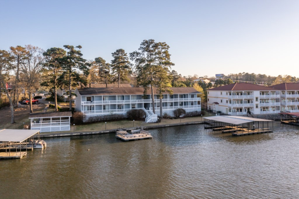 The Hamilton rests on Lake Hamilton's shore where you'll find this Hot Springs vacation rental