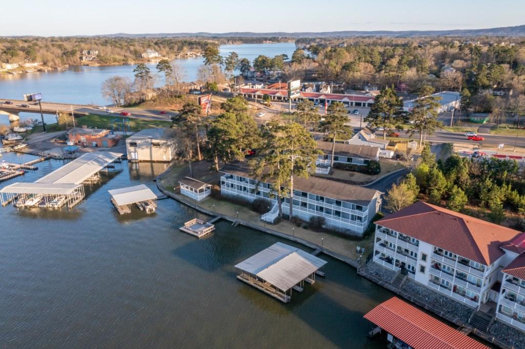 Perfect location on Lake Hamilton