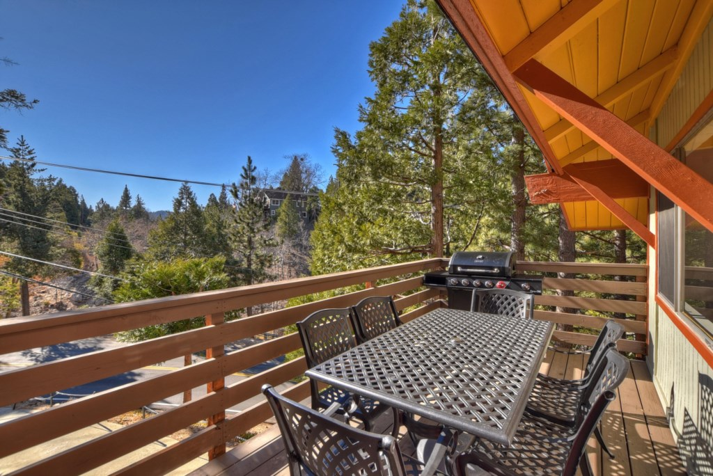 Front Deck with outdoor dining for 6 and propane grill
