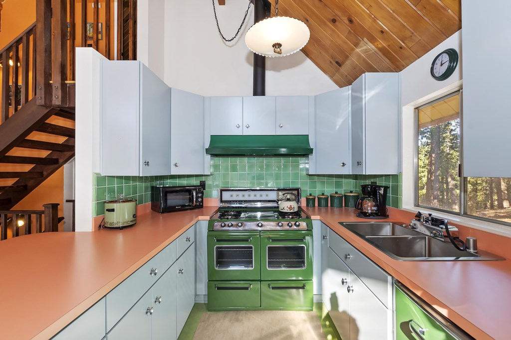 Kitchen with original 60's O'keefe and Merrit Stove