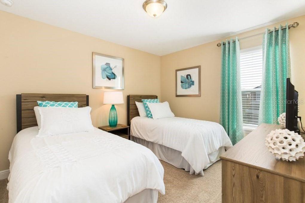 "Bedroom 5 - Twin beds, private 32"" TV (Roku)"