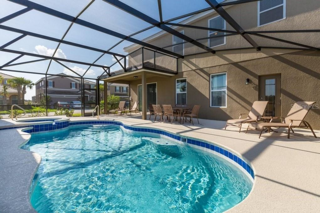 East Facing Pool and Spa! Outdoor seating for 6 and patio loungers!