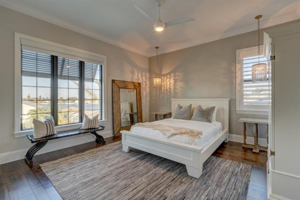 095-Bedroom.jpg