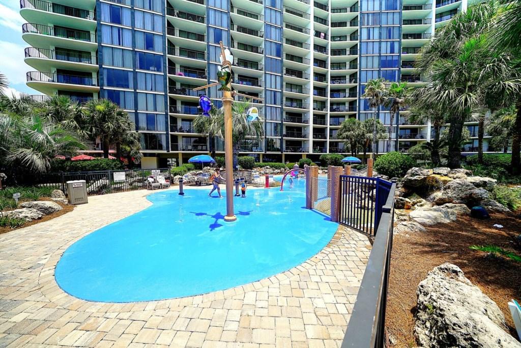Large Pool on the beachside - splash pool for the kids.