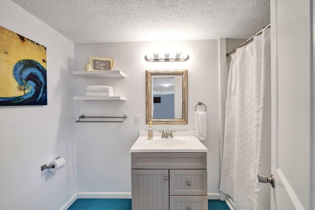 Bathroom w/ Shower/Tub Combo