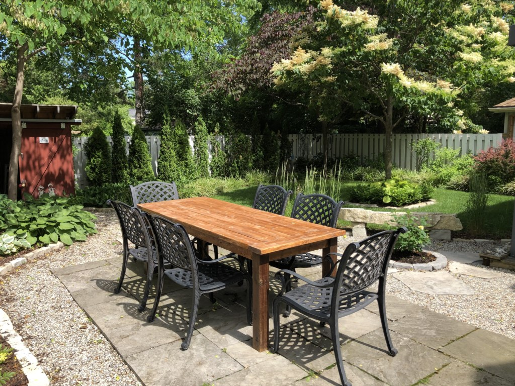 Outdoor dining in the private, backyard garden - The Rosette House - Niagara-on-the-Lake