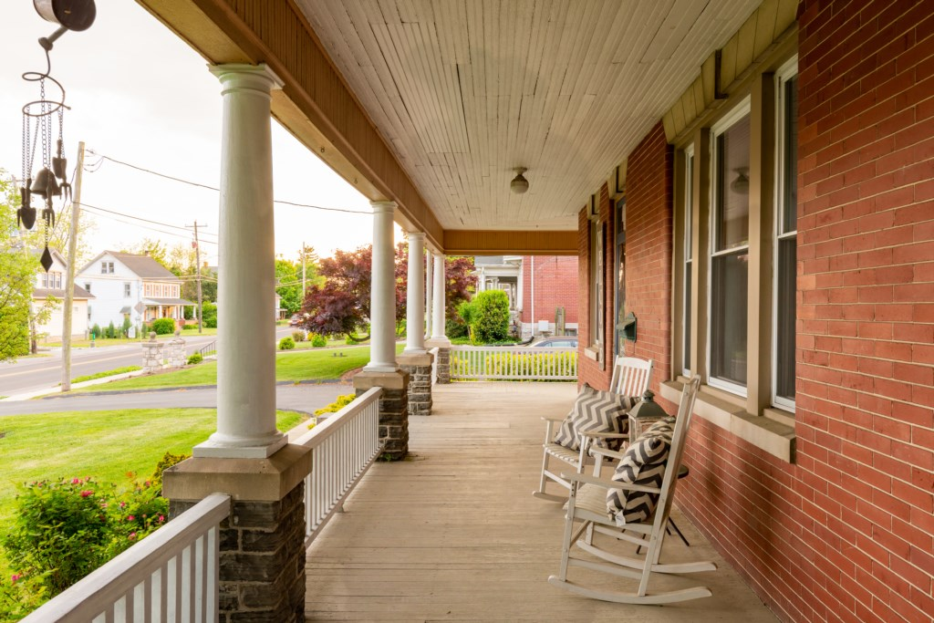 Super awesome an open front porch.