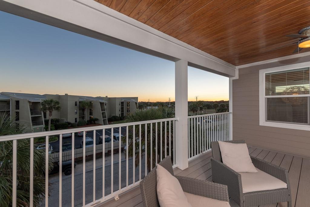 3rd floor balcony views!