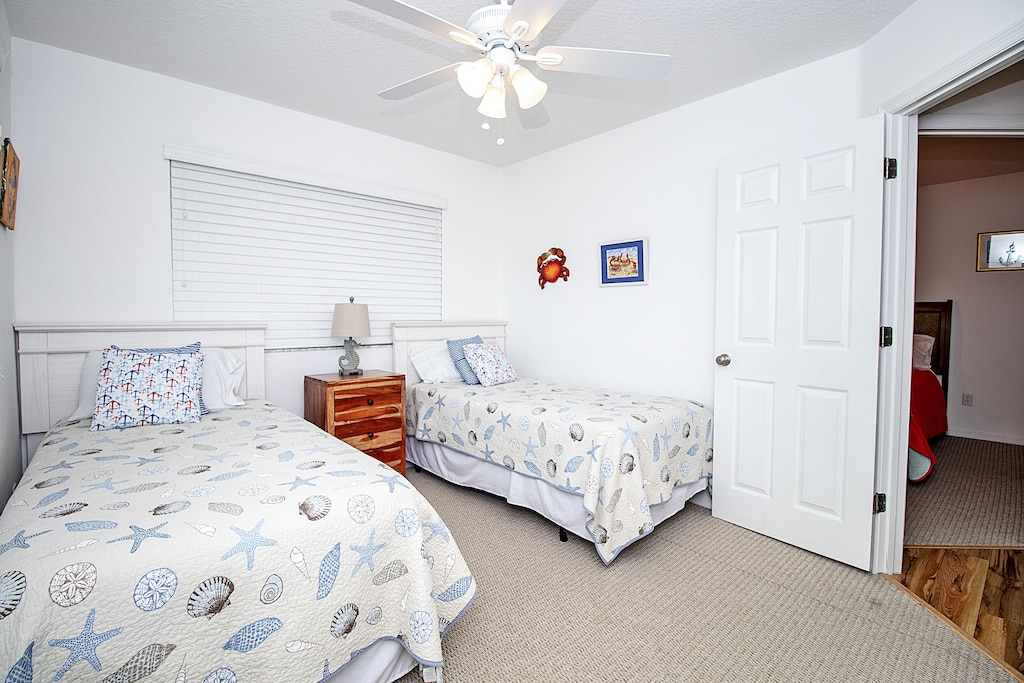 Guest room 1 features two twin beds