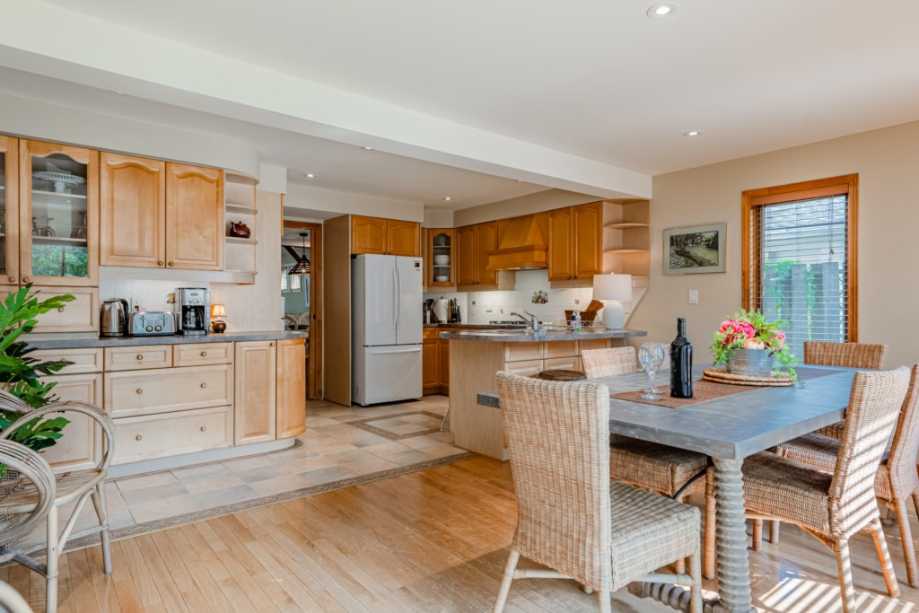 Open concept kitchen and dining room - Summerhill House - Niagara-on-the-Lake