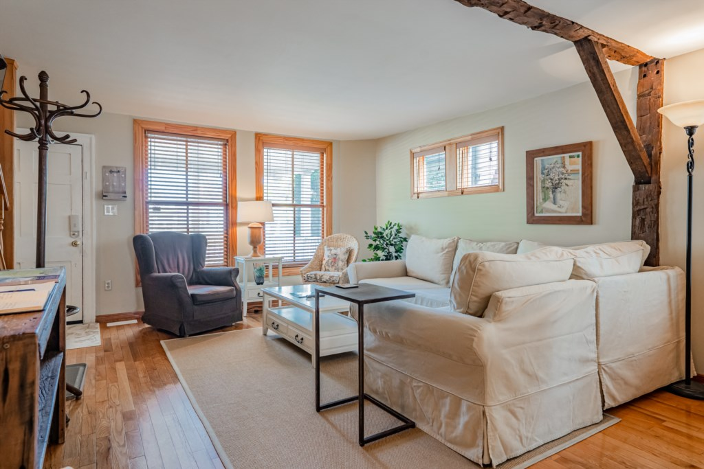 Bright, spacious living room with TV - Summerhill House - Niagara-on-the-Lake