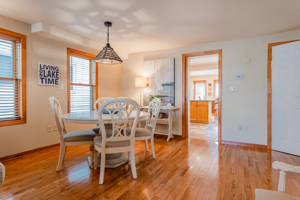Dining/games table in the large front room just off the kitchen - Summerhill House - Niagara-on-the-