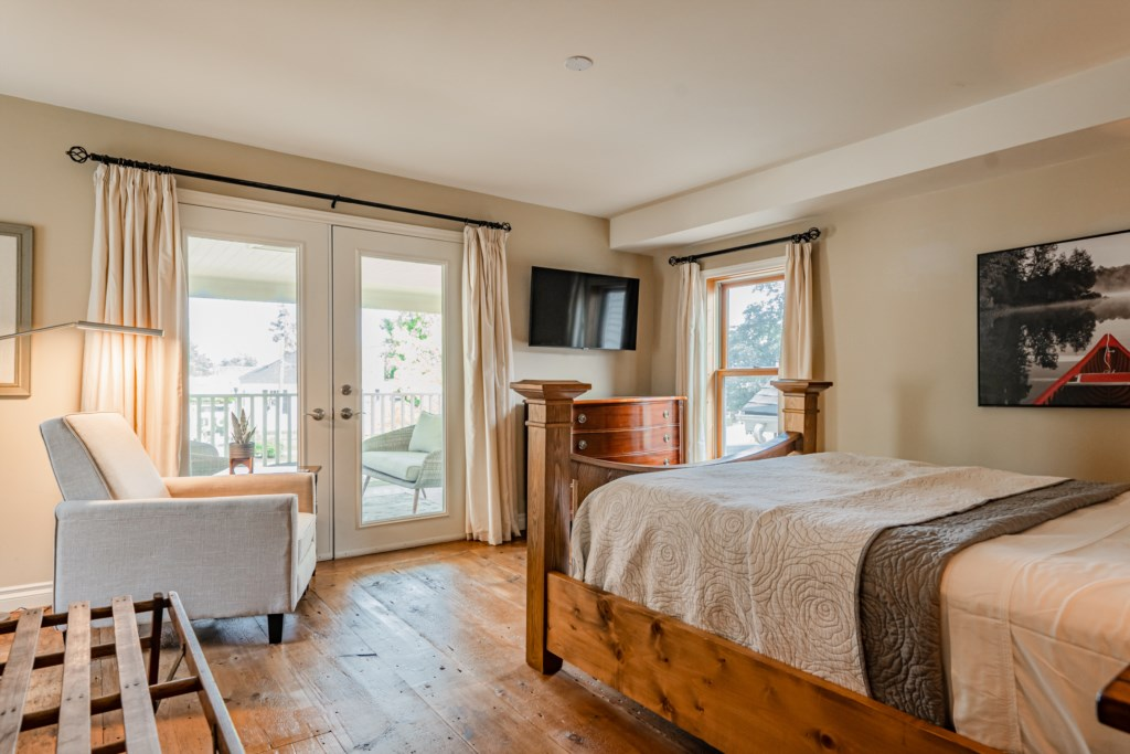 Front bedroom upstairs with access to upper covered porch - Summerhill House - Niagara-on-the-Lake