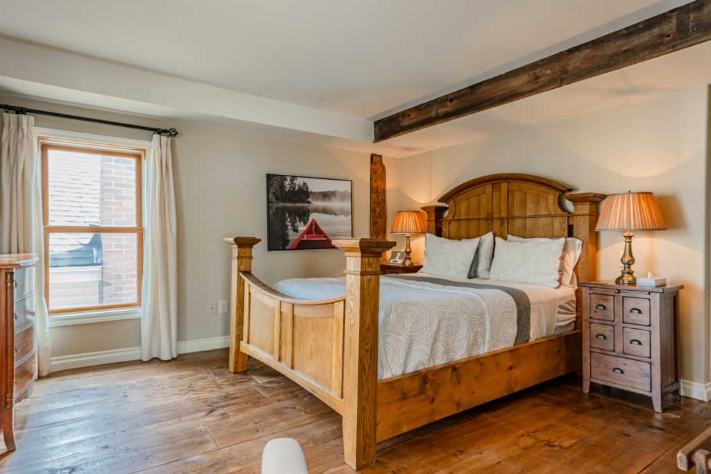 Queen bed in front bedroom - Summerhill House - Niagara-on-the-Lake