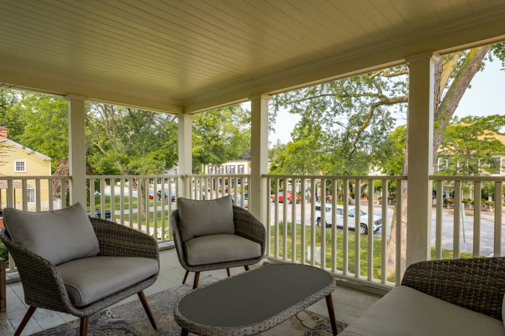 Covered upper porch overlooking King Street - Summerhill House - Niagara-on-the-Lake