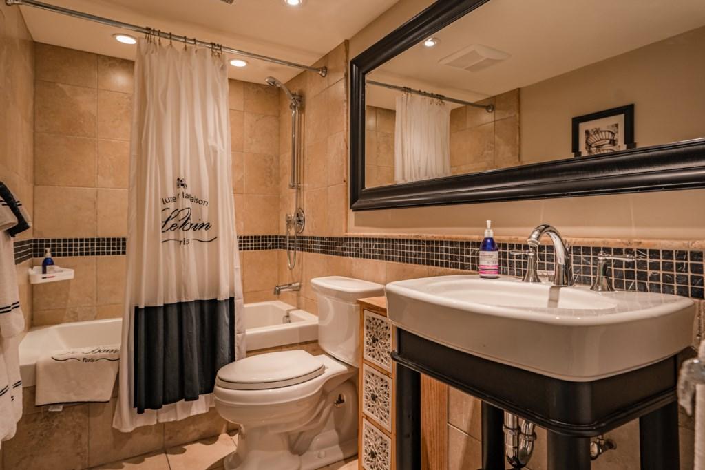 3 full ensuite bathrooms on second floor - Summerhill House - Niagara-on-the-Lake