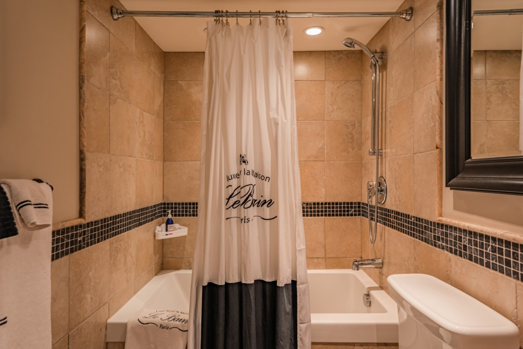 Front bedroom ensuite with tub/shower combo - Summerhill House - Niagara-on-the-Lake