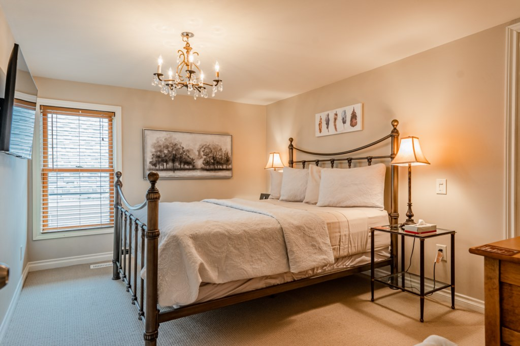 Queen bed in middle bedroom - Summerhill House - Niagara-on-the-Lake