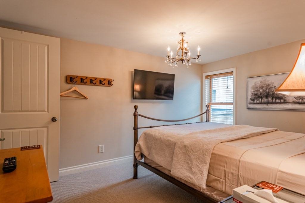 Middle bedroom with queen bed and wall mounted TV - Summerhill House - Niagara-on-the-Lake