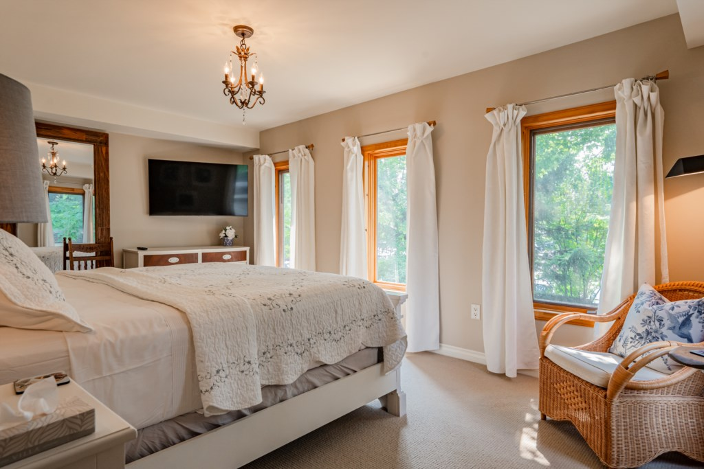 Back bedroom with King bed and wall mounted TV - Summerhill House - Niagara-on-the-Lake