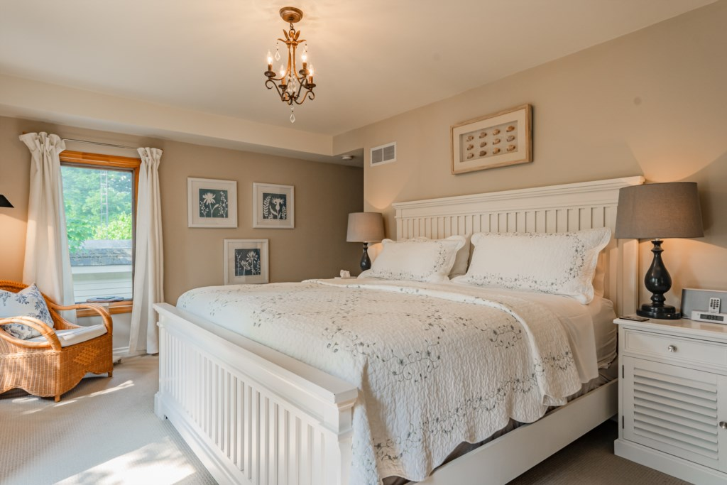 King bed in third bedroom at back of house - Summerhill House - Niagara-on-the-Lake