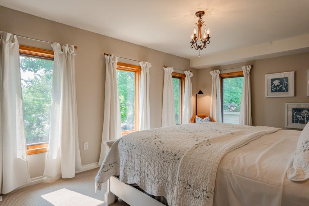 Back bedroom overlooks backyard - Summerhill House - Niagara-on-the-Lake