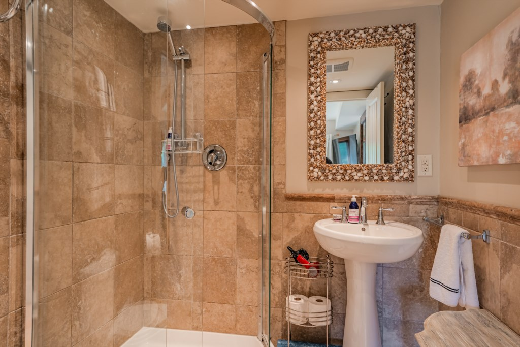 Back bedroom ensuite with walk-in shower - Summerhill House - Niagara-on-the-Lake