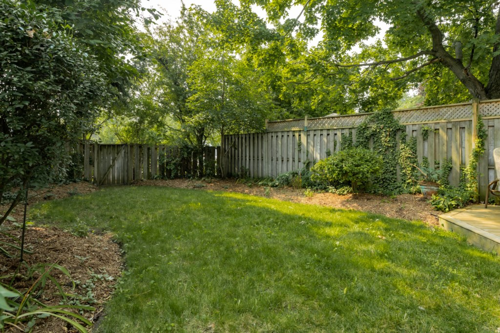 Backyard with gate to public parking behind - Summerhill House - Niagara-on-the-Lake