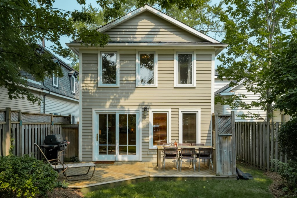 Secluded backyard with garden and deck for dining (with BBQ) - Summerhill House - Niagara-on-the-Lak