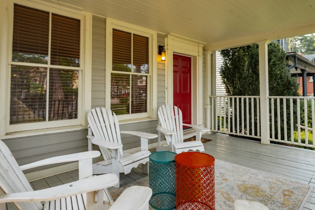 Covered front porch to enjoy morning coffee or evening glass of wine - Summerhill House - Niagara-on